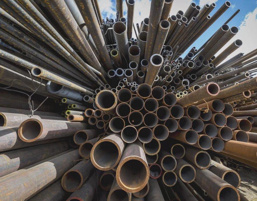 Rohre aus Metall liegen auf einem Stapel