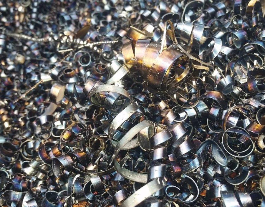 Schrott in der Form von Metallspänen liegen auf einem Haufen.